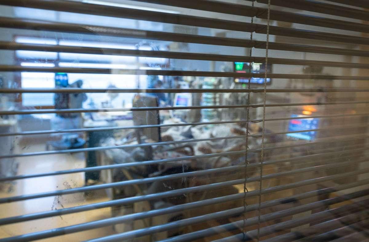 Medizinisches Personal arbeitet auf einer Intensivstation des Klinikums Ludwigsburg in einem Zimmer von Covid-19-Patienten. (Archivbild) Foto: dpa/Sebastian Gollnow
