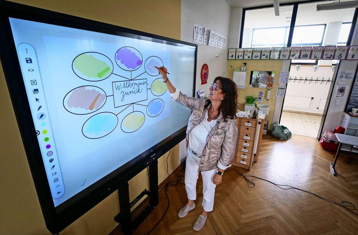 Die elektronische Tafel erlaubt eine Vernetzung mit den Geräten der Schüler Foto: factum/Simon Granville
