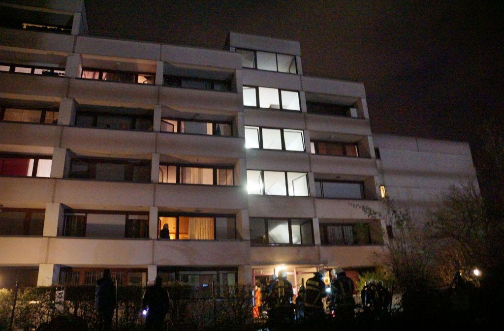 Bei einem Kellerbrand in diesem Wohnhaus sind 18 Menschen verletzt worden. Foto: SDMG