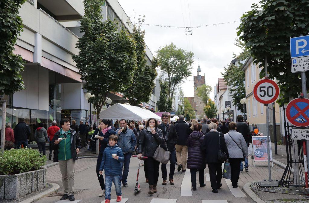 Tausende bummeln durch die Fellbacher Innenstadt. Foto: Patricia Sigerist
