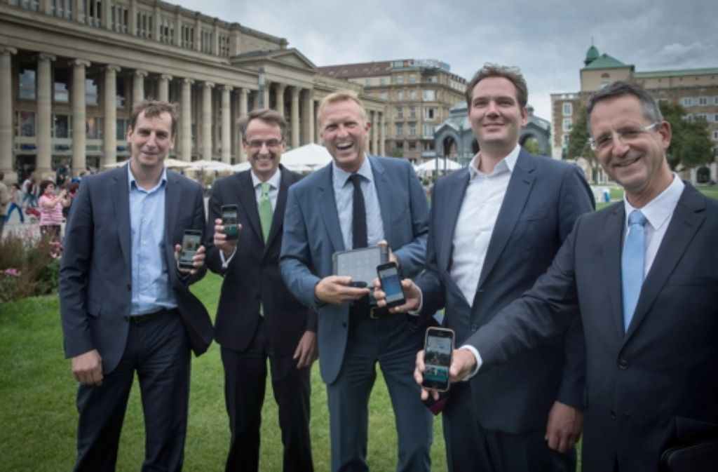 Heribert Clemens, Michael Föll, Armin Dellnitz, Matthias Emmermann, Klaus Thomas (von links) freuen sich über das kostenlose mobile Internet in Stuttgart. Foto: Lichtgut/Achim Zweygarth