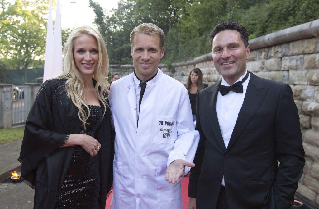 Der mit dem Arztkittel will nur spielen:  Oliver Pocher (Mitte) mit Antonia Fitz und Beauty-Doc Christian Fitz. Foto: Lichtgut/Michael Latz