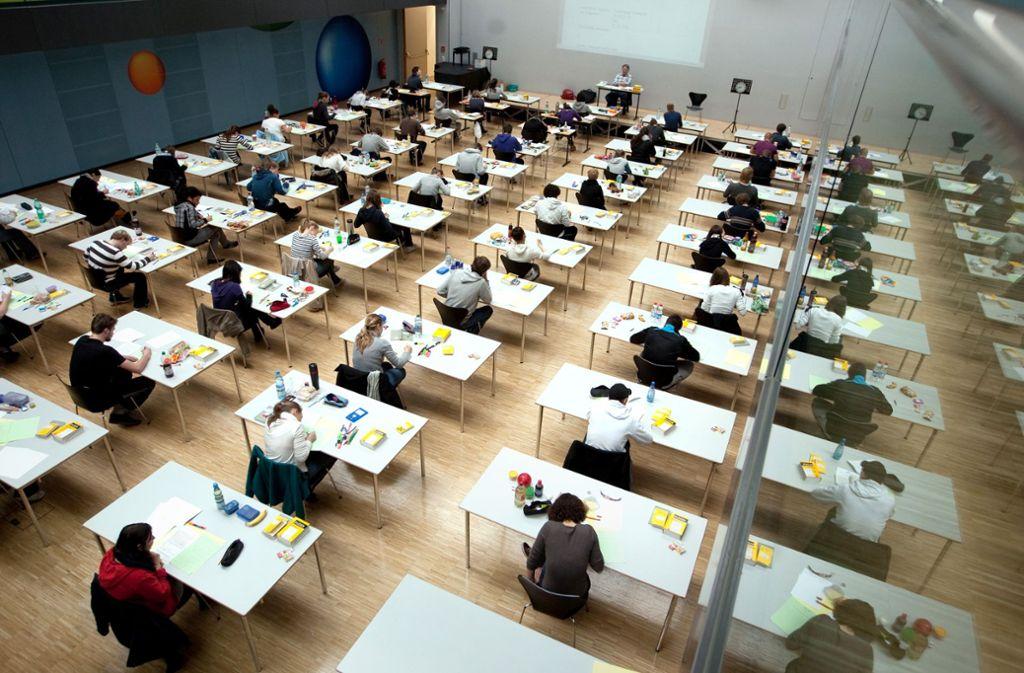 Fürs Abitur – hier in der Mensa des Dillmann-Gymnasiums – brauchen die Schulen in diesem Jahr viel Platz. Foto: Christian Hass/Daniel Moritz