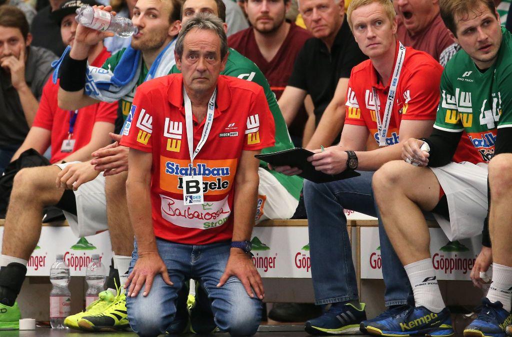 Geht zum Coachen auch mal auf die Knie: Göppingens neuer Trainer Rolf Brack. Foto: Baumann