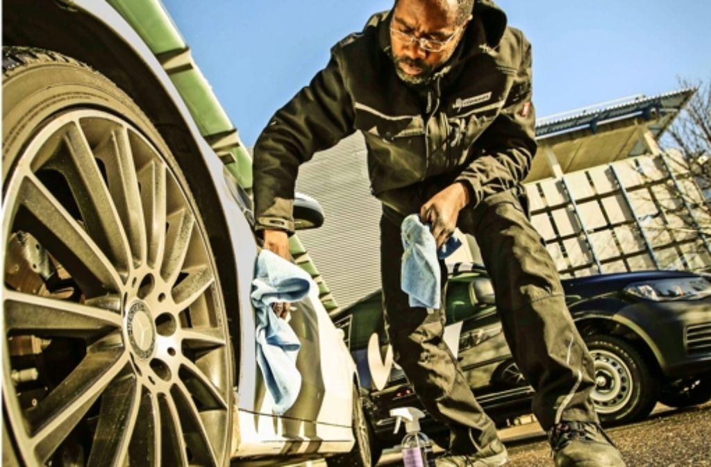 Auftragen und polieren: Sabiti Lindondo arbeitet als Cleaner. Foto: Lichtgut/Leif Piechowski