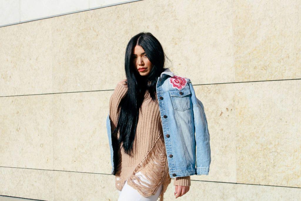 Mit ihren Outfits hat Ismini als Rachel Rebell schon die Welt des Instagram erobert. Nun gibt sie auch Mode-Tipps auf YouTube.  Foto: Alla Lukashova