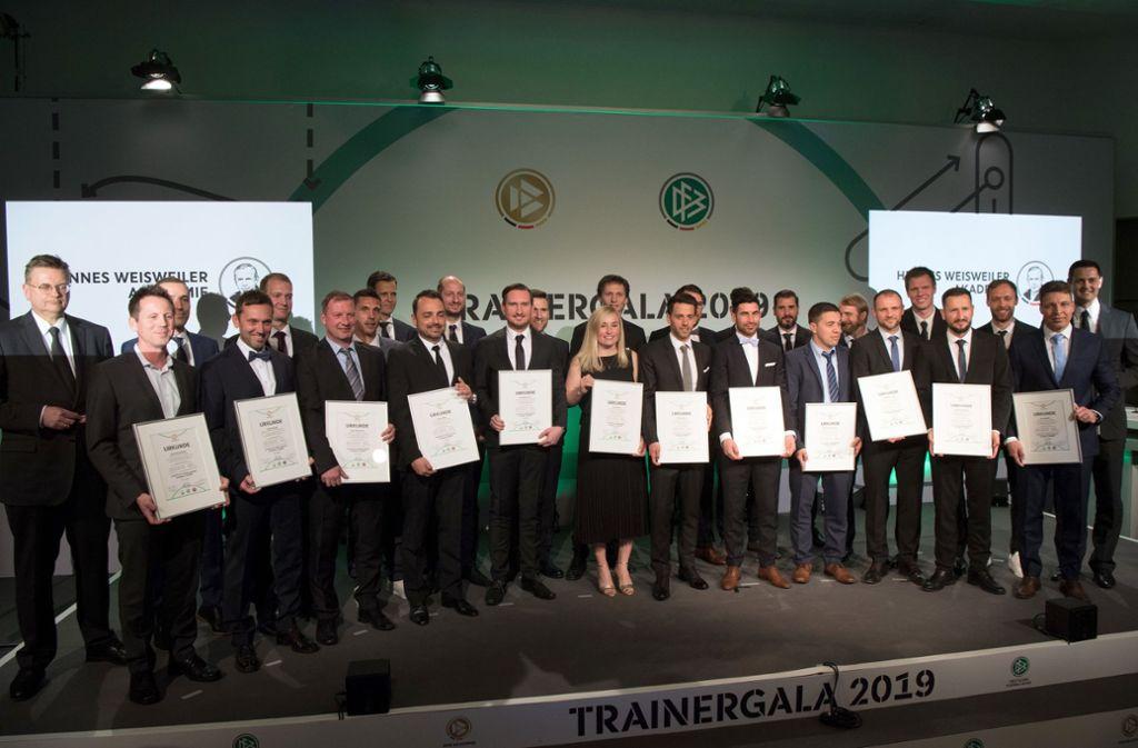 Gruppenbild mit Präsident: Reinhard Grindel (l.) und die frisch gebackenen DFB-Fußballlehrer Foto: dpa
