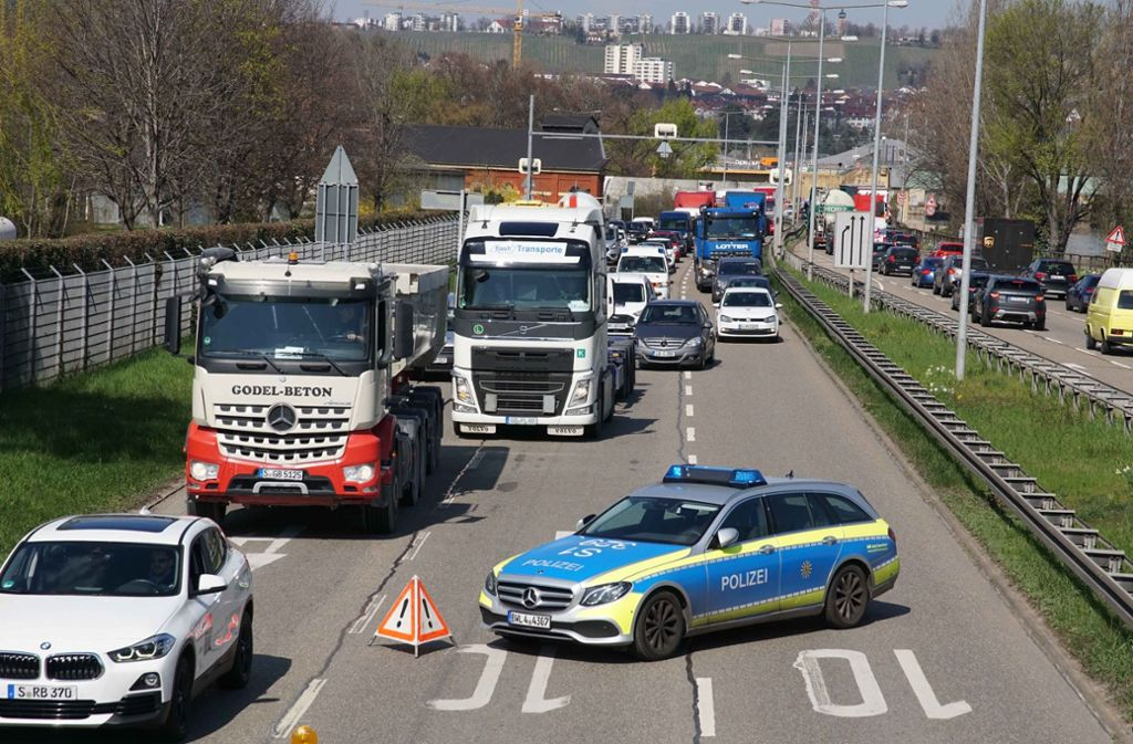 Ein Audi ist auf der B10 in Stuttgart-Ost auf dem Dach gelandet. Es kam zu Verkehrsbehinderungen. Foto: Andreas Rosar Fotoagentur-Stuttg