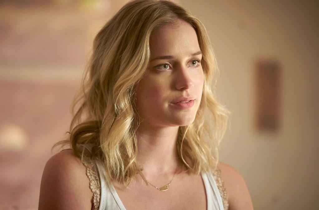 Beck (Elizabeth Lail) ahnt noch nicht, wie intensiv sie ausgespäht wird. Foto: Netflix