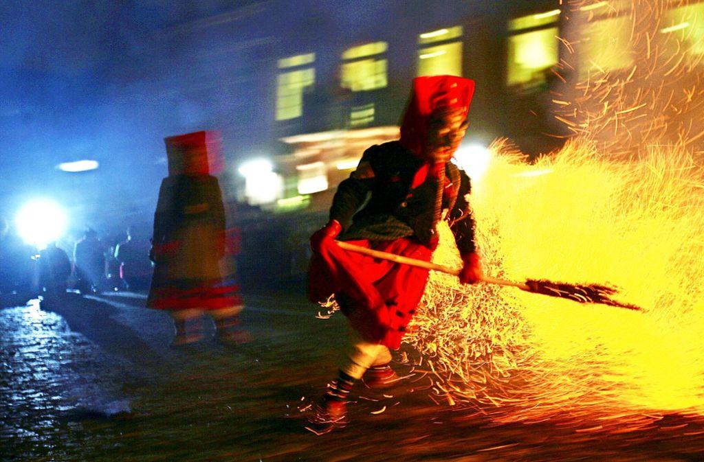 Wenn Fasnacht zu Ende geht, dann stecken die Offenburger Hexen eine vier Meter hohe Puppe in Brand. Foto: dpa