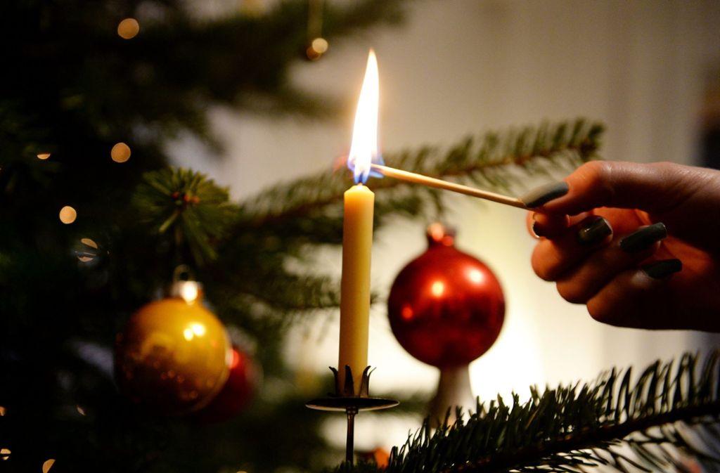 Als die Frau die Kerzen löschen wollte, geriet der Weihnachtsbaum in Brand. Foto: dpa/Bernd Weissbrod