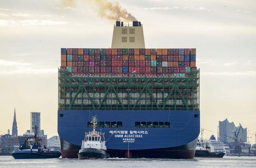 Der 400 Meter lange Megafrachter hat zum ersten Mal den Hamburger Hafen angelaufen. Foto: dpa/Axel Heimken