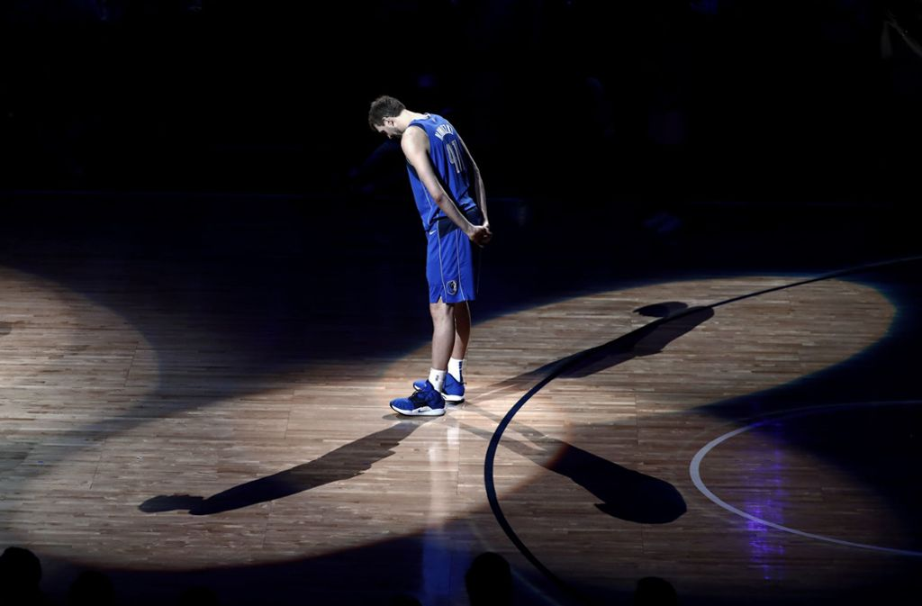 Goodbye, Dirkules: Basketball-Superstar Dirk Nowitzki verabschiedete sich im April in einer hoch emotionalen Feierstunde von den Fans der Dallas Mavericks und von der großen Bühne des Sports. Foto: dpa/Tony Gutierrez