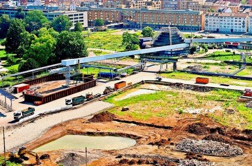 Bahn hebt erste Baugrube für den Tiefbahnhof aus