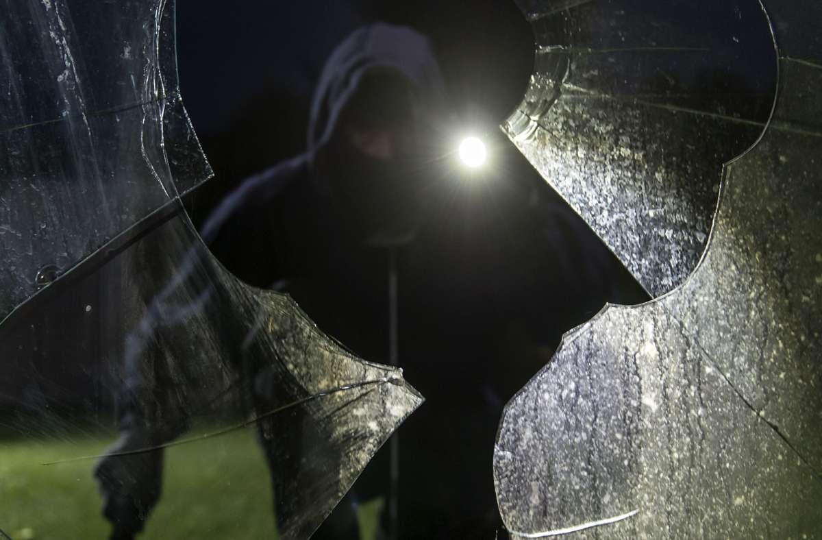 Die Einbrecher warfen mit Pflastersteinen eine Scheibe ein, um ins das Gebäude zu gelangen (Symbolbild). Foto: dpa/Daniel Maurer