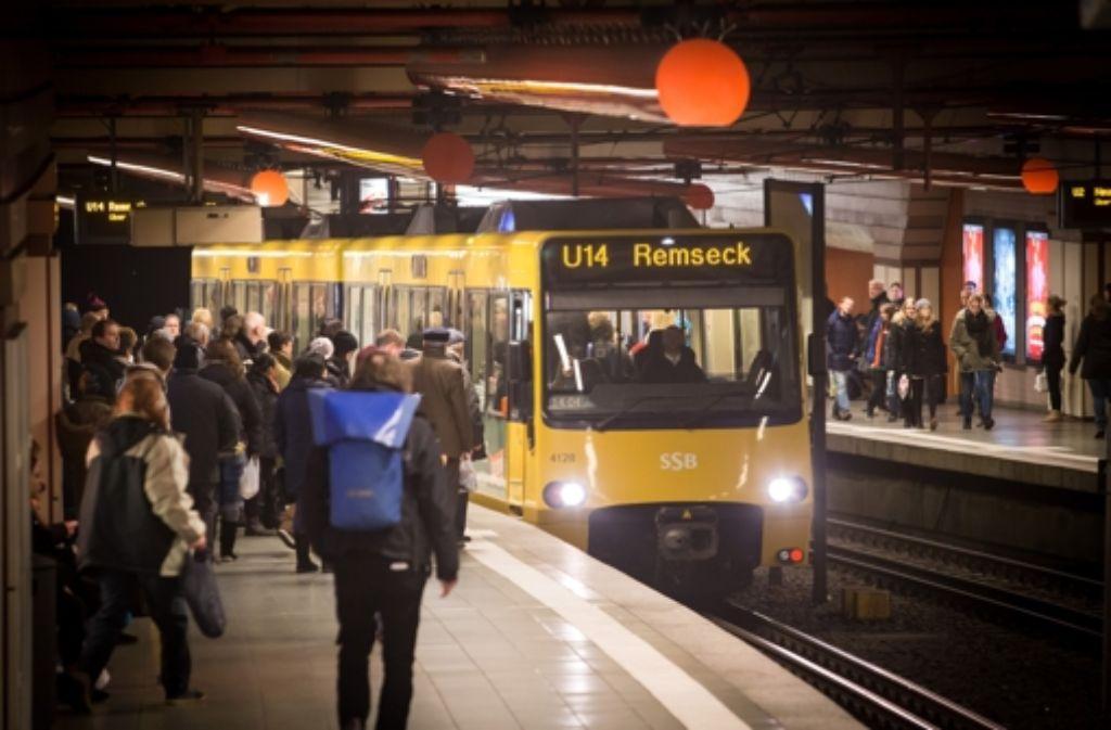 Unter anderem an der Stadtbahn-Haltestelle Rotebühlplatz weist eine neue Durchsage darauf hin, dass die Wartenden zuerst die Fahrgäste aussteigen lassen sollen. Foto: Lichtgut/Achim Zweygarth