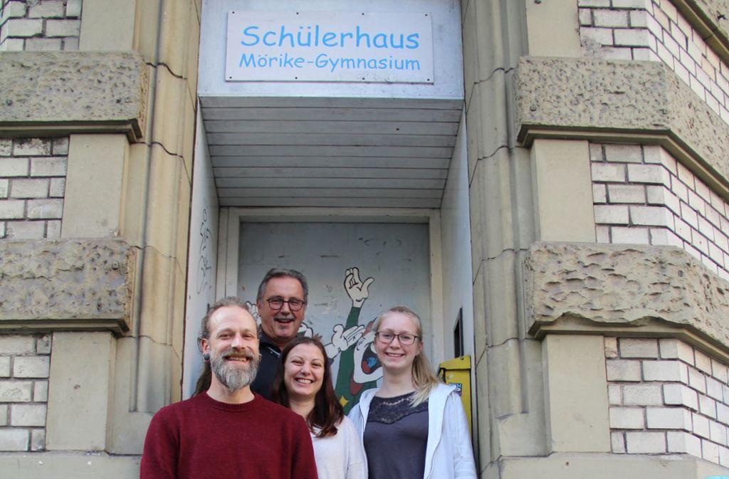 """Der Lehrer Alfred Gruber (hinten), die beiden Sozialarbeiter Simon Mißner und Lydia Scharf sowie die FSJlerin Anja Brodowski (rechts) sind im """"Schü"""" für sämtliche Belange der Schüler da. Foto: Corinna Pehar"""