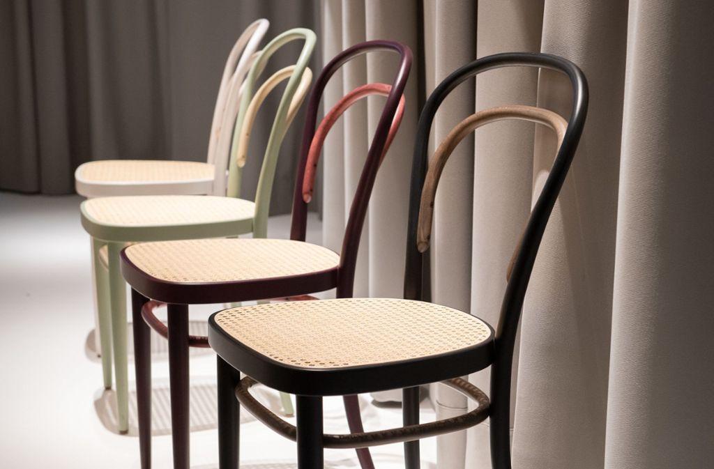 Der Kaffeehausstuhl 214 von Thonet wurde für eine Jubiläumsedition überarbeitet und ist in Schwarz, Weiß, Samtrot und Salbei erhältlich. Foto: dpa-tmn