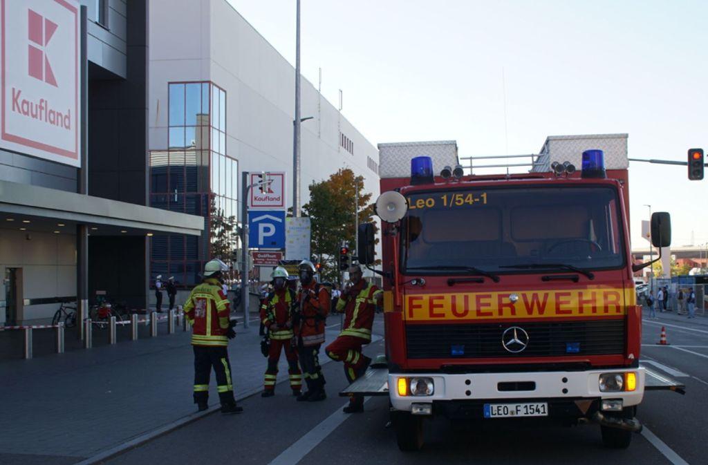 Erst nach drei Stunden war die Ursache für den Gasgeruch gefunden, der Markt solange geräumt. Die Feuerwehr war mit 30 Kräften vor Ort. Foto: SDMG