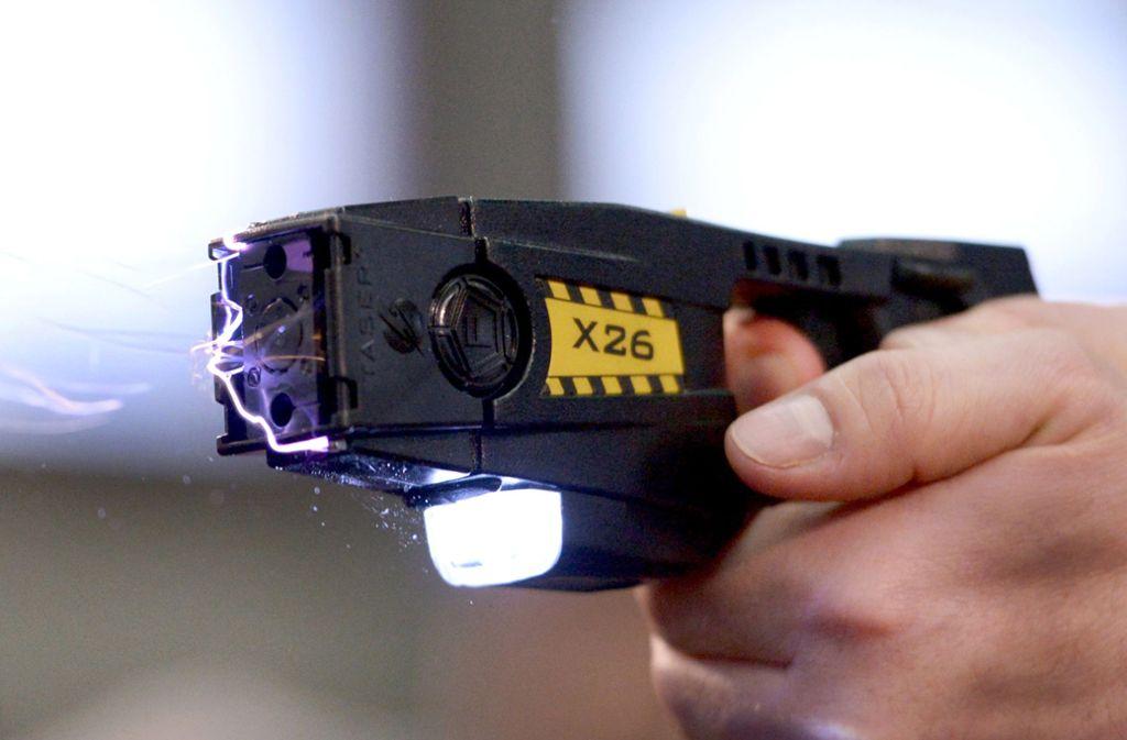 Ein Polizist feuerte einen Taser auf den Angreifer. (Symbolbild) Foto: dpa/Rainer Jensen