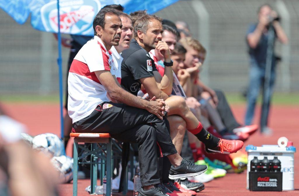 Ganz genau beobachtet VfB-Trainer Jos Luhukay (links) sein Team. Foto: Pressefoto Baumann