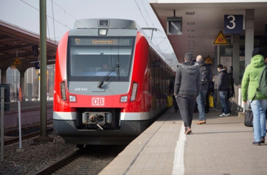 Am Bahnhof Bad Cannstatt  werden in den Nächten von 23. bis 25. Juni Schienen geschliffen. Foto: Michael Steinert