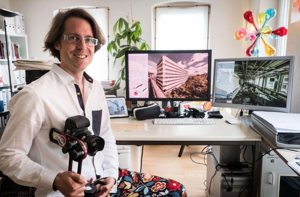 Kamera und Stativ sind für Heiko Stachel unverzichtbar. Damit lädt der Architekt Internetnutzer zu virtuellen Rundgängen durch Abbruchhäuser ein. Foto: Lichtgut/Achim Zweygarth