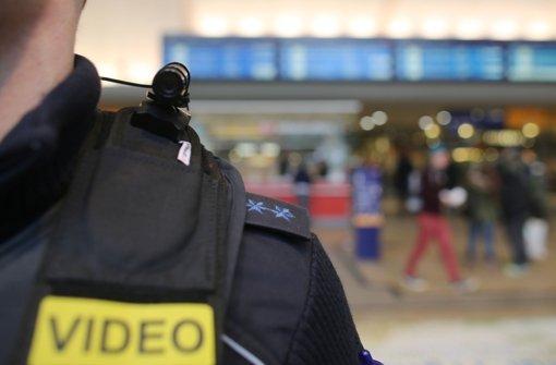 In Nordrhein-Westfalen tragen Beamte schon Videokameras im Einsatz. (Archivfoto) Foto: dpa