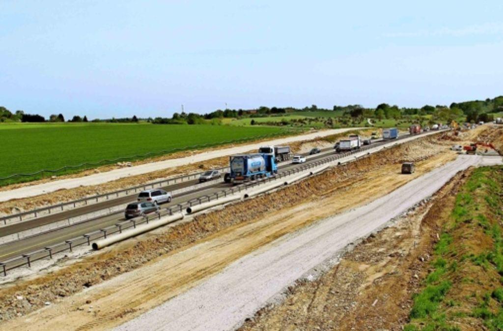Autobahn und ICE-Gleise verlaufen nur 25 Meter voneinander entfernt. Foto: Bäßler