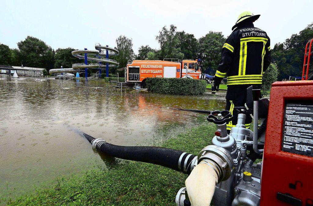 Im Sommer 2013 ist das Freibad Rosental nach einem Starkregen überschwemmt gewesen. Wetterereignisse und die damit verbundenen Probleme häufen sich. Foto: 7aktuell/Eyb