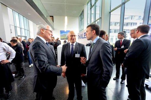 Der Konzernchef Jean-Bernard Lévy  im Gespräch mit dem   Botschafter Philippe Etienne  und dem Foto: factum/Granville