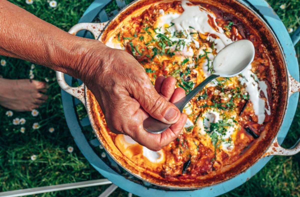 Was für ein gutes Essen: Shakshuka mit Auberginen. Die Zubereitung sehen Sie in der Bildergalerie. Foto: Nuriel Molcho/Brandstätter Verlag