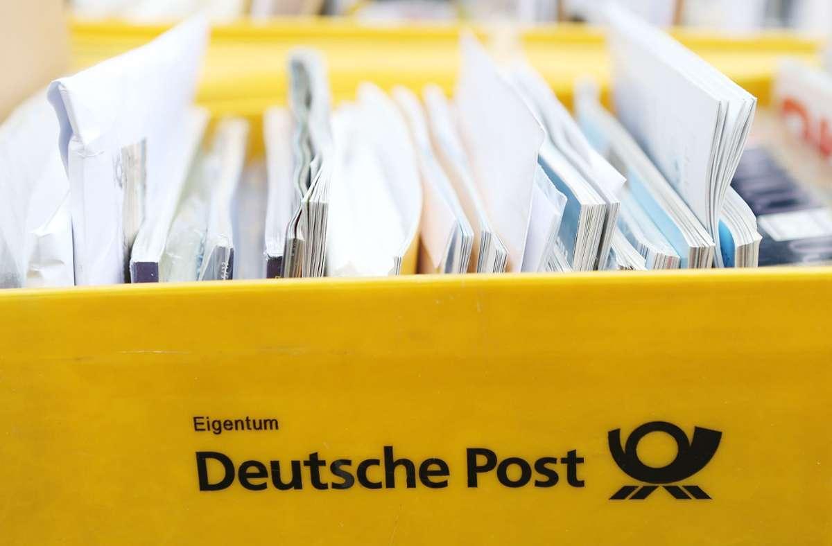Wie hoch ist das Risiko, sich beim Gang zur Post zu infizieren? Foto: dpa/Malte Christians