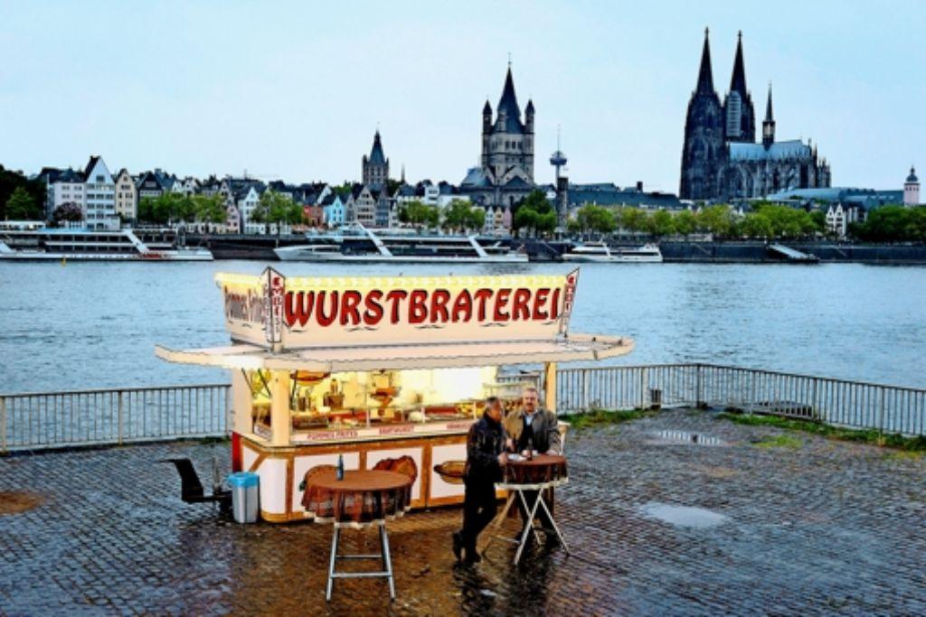 """Ein """"Symbol der guten Schöpfung"""": die Kommissare Ballauf (Klaus Behrendt, li.) und Schenk (Dietmar Bär) beim Imbiss Foto: ARD"""