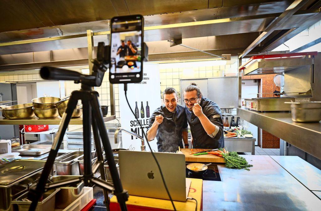 Alexander Neuberth (links) und Leander Leins schmecken ihre Gerichte in der Küche der  Schwabenstuben in Freiberg ab. Foto: factum/Simon Granville