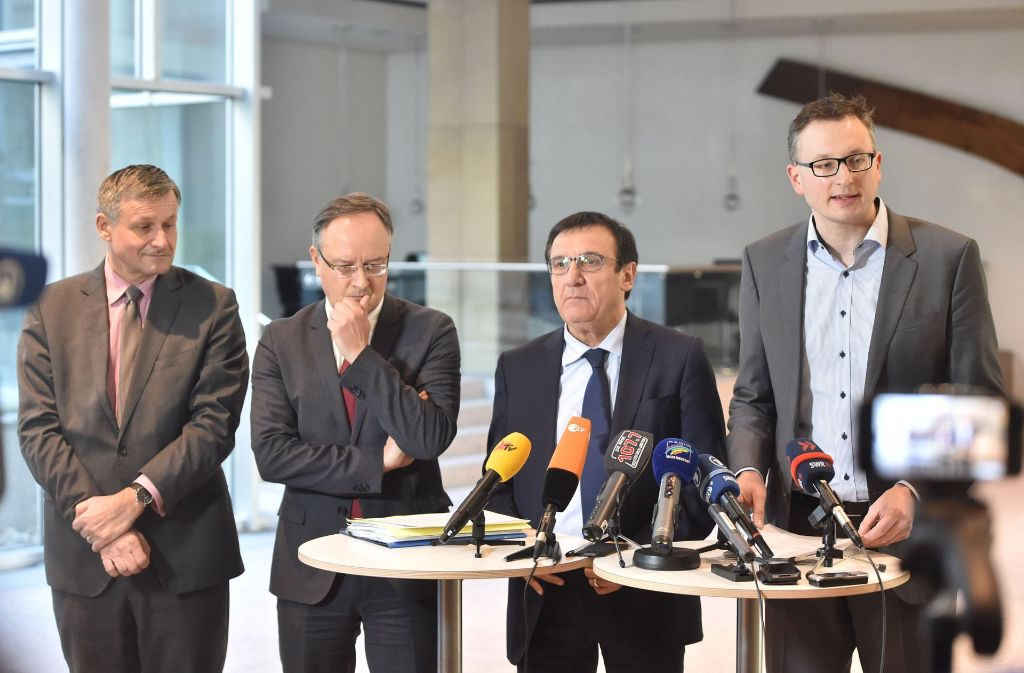 Die drei Fraktionschefs – von rechts – Andreas Schwarz (Grüne), Wolfgang Reinhart (CDU) und Andreas Stoch (SPD) erklären, weshalb sie ihren Plan einer Staatspension für Abgeordnete auf Eis legen. FDP-Fraktionschef Ulrich Rülke (FDP, links) war immer schon für die Privatvorsorge der Abgeordneten. Foto: dpa