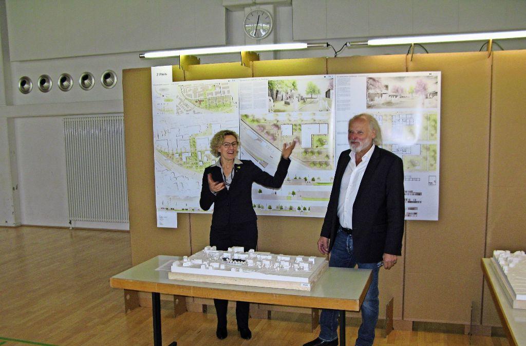 Die Erste Bürgermeisterin Eva Noller und der Jury-Vorsitzende Professor Hubert Möhrle erläutern die Entwürfe für die Schelmenäcker. Foto: Götz Schultheiss
