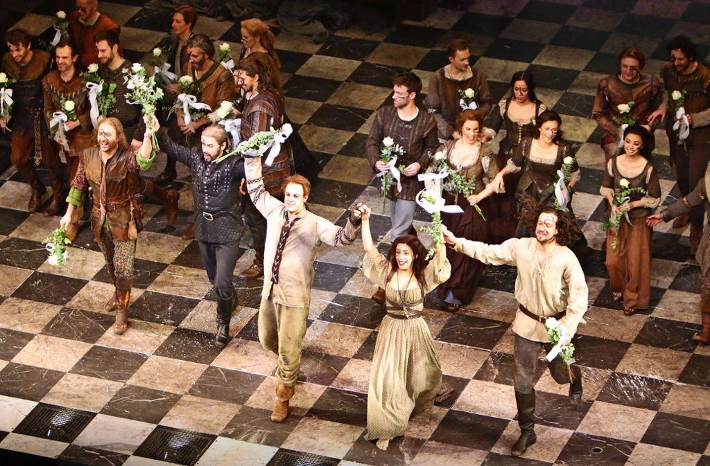 """Das Stuttgarter Ensemble  des  Musicals """"Der Glöckner von Notre Dame"""" beim Schlussapplaus im Stage-Apollo-Theater. Foto: Klaus Schnaidt"""