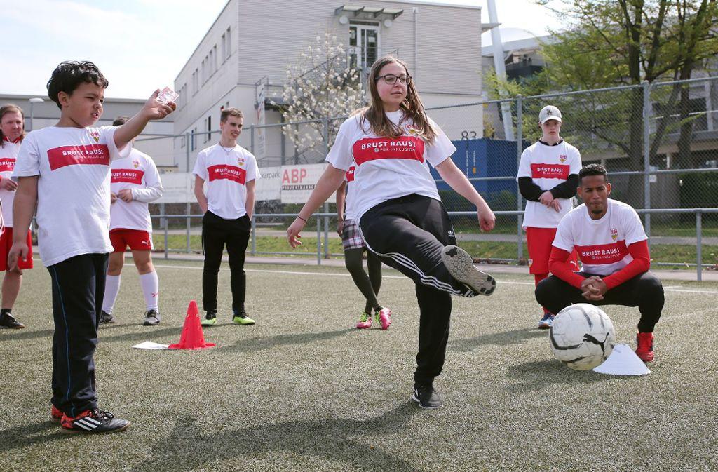 Im Rahmen des Projekts für inklusive Fußballförderung (PFIFF) bietet der VfB Stuttgart regelmäßig Fußballtraining für Menschen mit Behinderung an.  Foto: Baumann