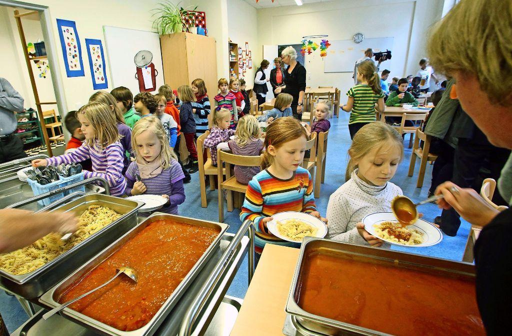 Das Mittagessen gehört immer häufiger  zur Schulkindbetreuung dazu. Foto: dpa