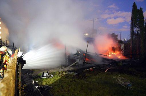 Großbrand in Schrebergartenkolonie – Wohnhäuser evakuiert
