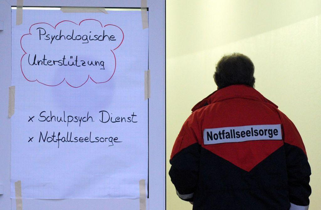 Ein Notfallseelsorger betritt eine Seelsorgerstelle zur psychologischen Unterstützung bei einer Berufsschule. Foto: dpa
