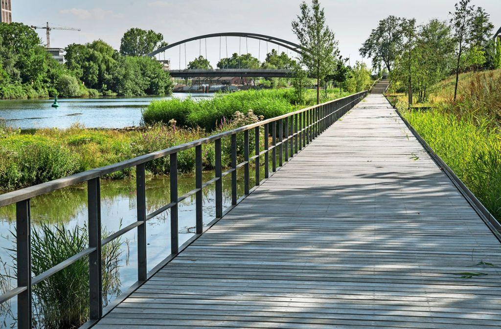 Fast einen Kilometer lang führt ein Holzsteg am Karlssee entlang – als Teil eines gelungenen urbanen Landschaftsraums. Foto:
