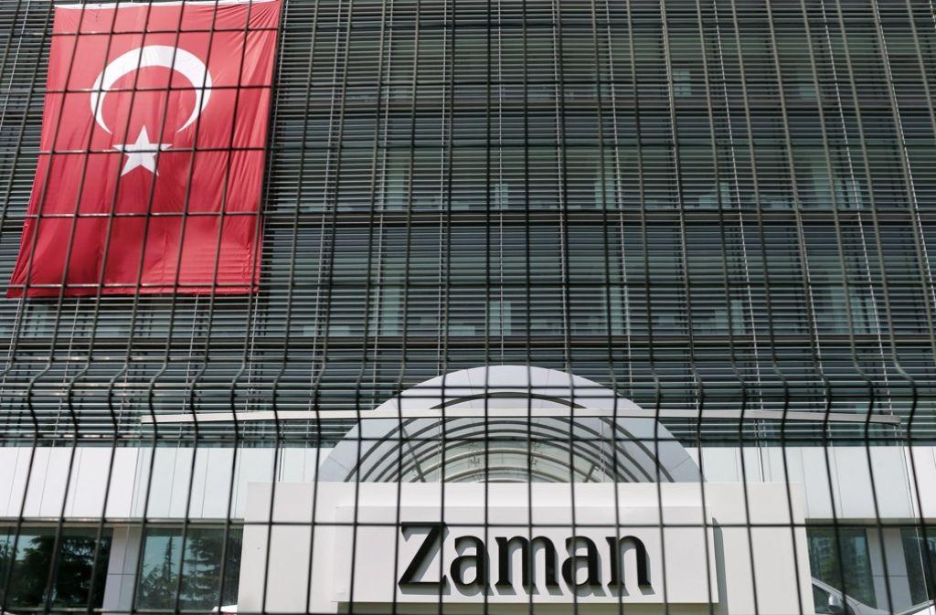 """Zu den Zeitungen, die Erdogan geschlossen hat, gehört auch """"Zaman"""" – bereits im März hatte die türkische Regierung das Blatt unter Zwangsverwaltung gestellt. Foto: EPA"""