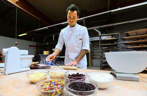 Bäckermeister Jörg Schmid legt Hand an. Die Teigmischungen  werden jeden Dienstag  hergestellt, die Kekse dann von Hand gefertigt. Foto: Achim Zweygarth