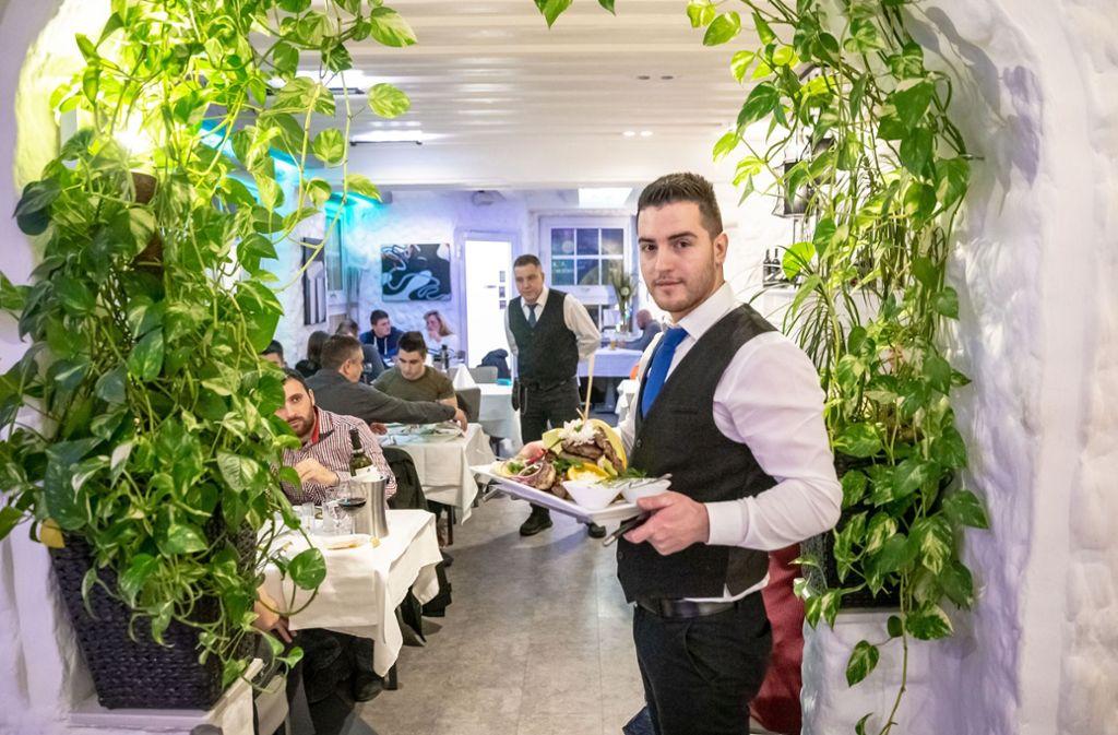Ein Kellner im El Greco – auch er wird sich Ende Januar einen neuen Job suchen müssen. Foto: Lichtgut/Julian Rettig