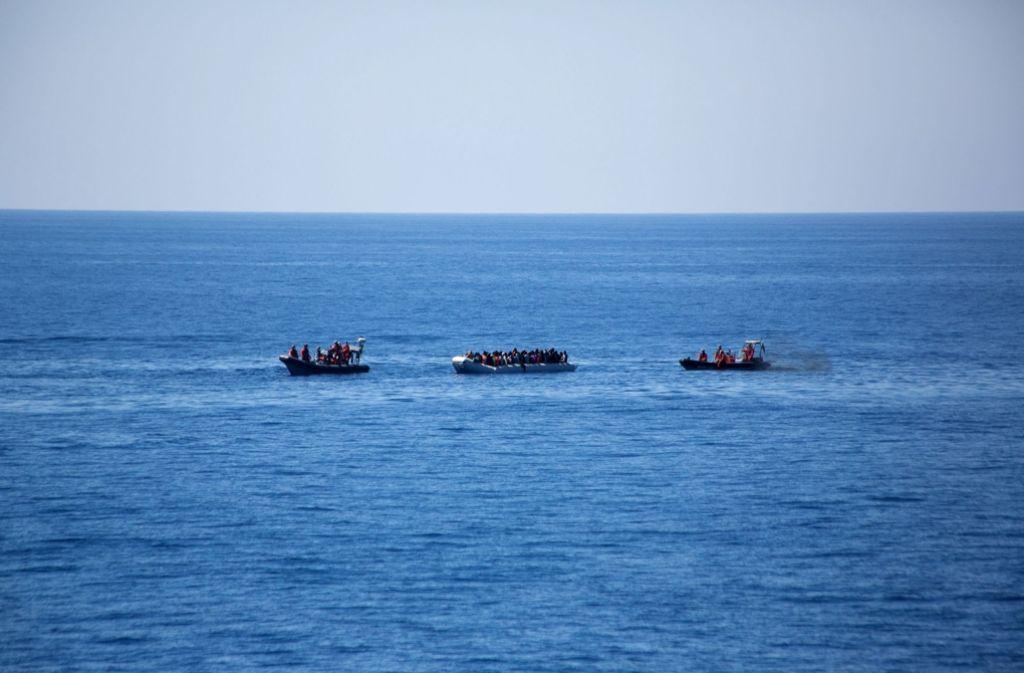 Immer wieder rücken Soldaten aus, um hilflose Flüchtlinge im Mittelmeer zu retten. Foto: dpa