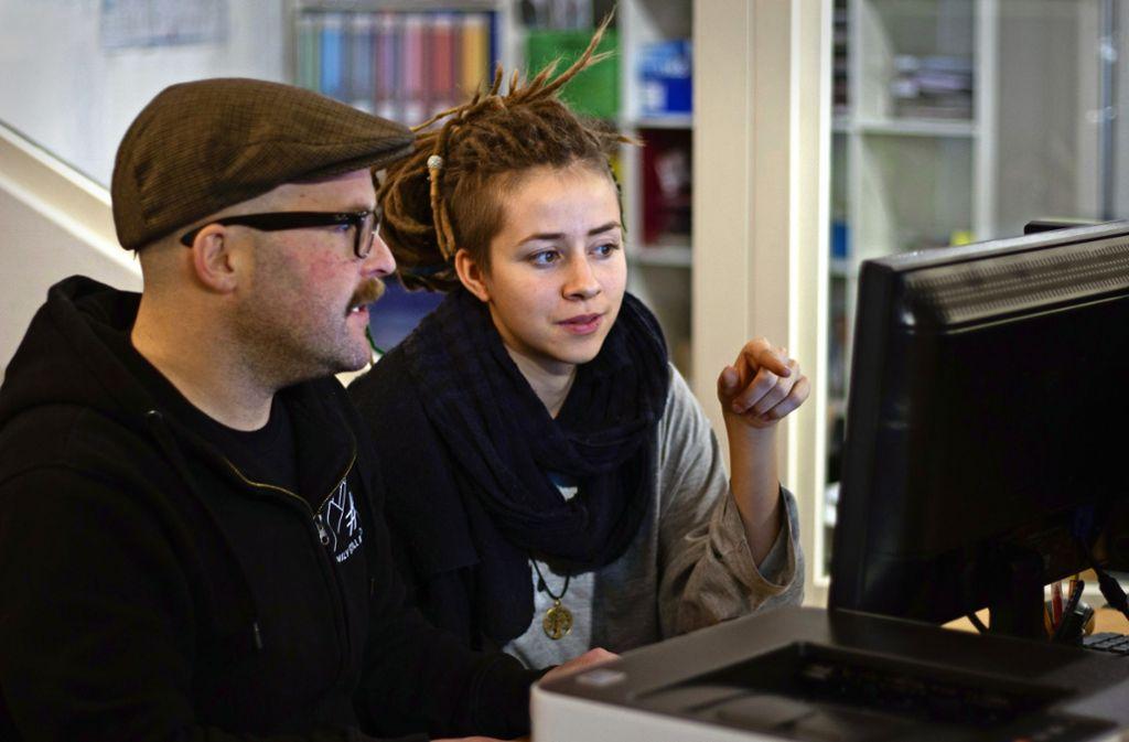 Lotte ist ehrenamtliche Beraterin bei Youth-Life-Line, Markus Urban einer von zwei hauptamtlichen  Sozialpädagogen, die hinter dem Reutlinger Projekt stehen. Foto: Luisa Willmann