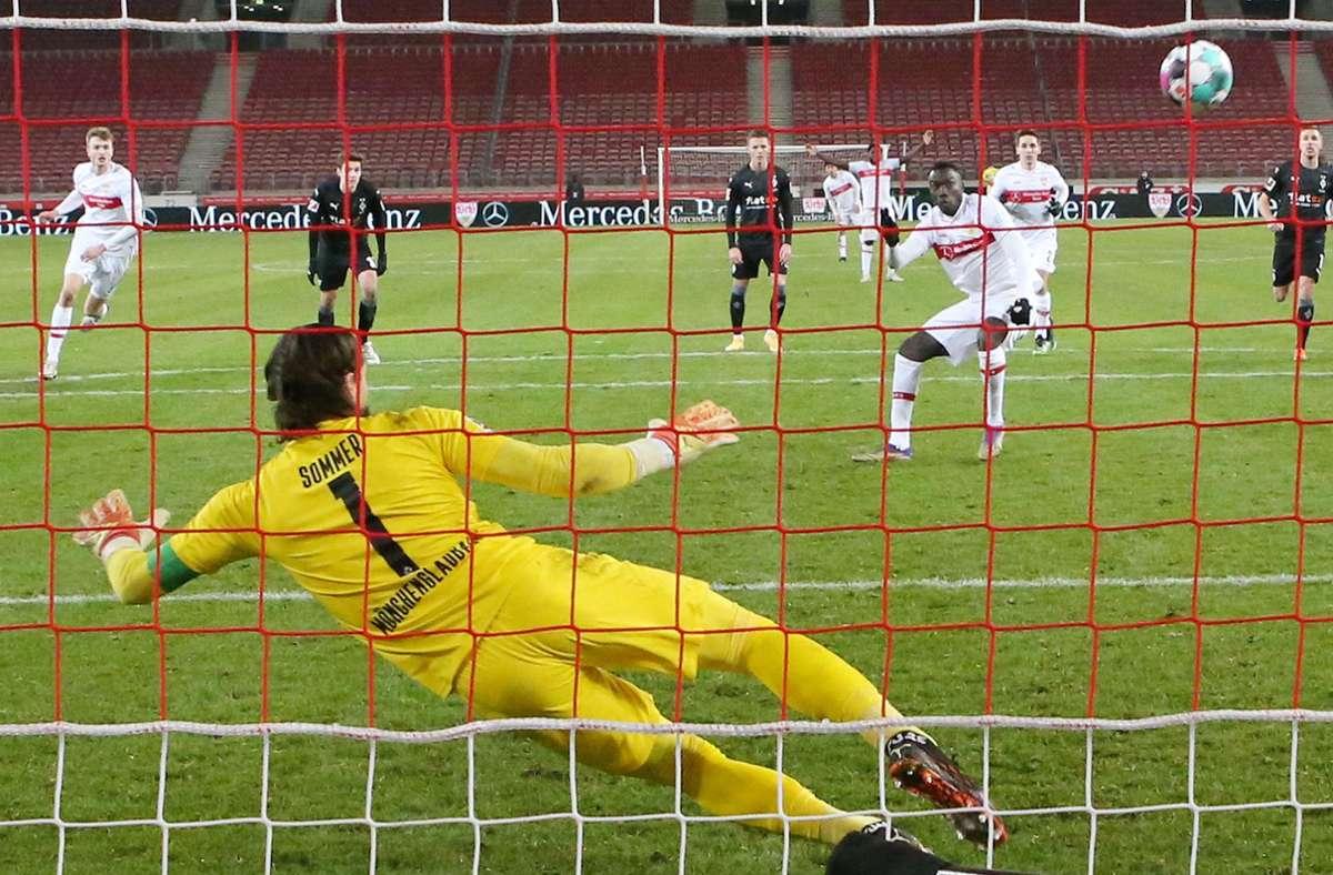 Und wieder ein Tor in letzter Sekunde. Beim 2:2 gegen Borussia Mönchengladbach rettet Silas Wamangituka dem VfB in der Nachspielzeit mit seinem Elfmetertor noch einen Punkt. Foto: Baumann
