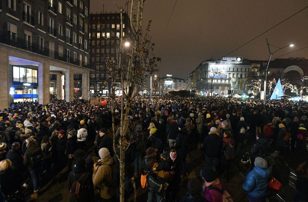 In Budapest demonstrierten am Montagabend Tausende für die Freiheit der Kunst. Foto: dpa/Zoltan Mathe